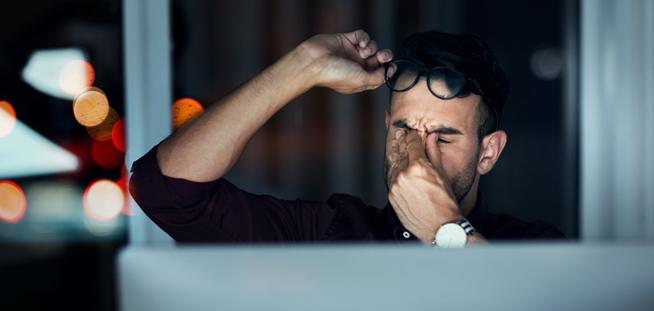 BBGR, fabricant français de verres optiques, illustration du trouble visuel de la fatigue visuelle. La fatigue visuelle se manifeste à tout âge, en particulier lorsque la vision de près est sollicitée de manière prolongée. Elle est souvent due au travail sur ordinateur ou à des lunettes qui ne sont plus adaptées au besoin visuel. Image gettyimages-1075647696