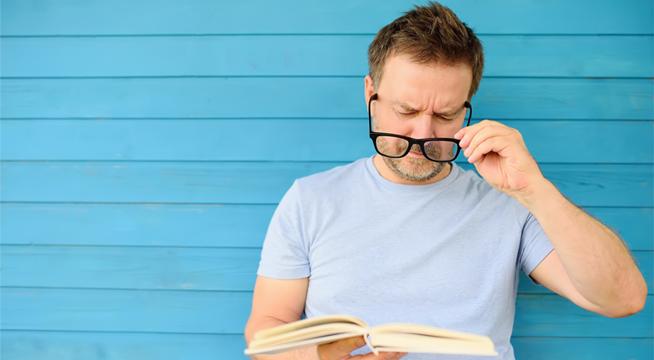 BBGR, fabricant français de verres optiques, illustration du trouble visuel de la presbytie. Evolution naturelle liée au vieillissement de l'œil. Entraîne une difficulté à faire la mise au point de près, à cause de la perte de souplesse du cristallin. Le symptôme le plus révélateur est la difficulté à lire. Image gettyimages-1075647696