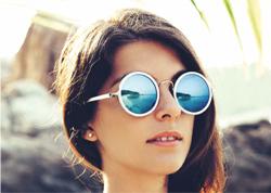 Les verres optiques Miroirs de BBGR Optique sont des verres solaires de prescription, unifocaux ou progressifs avec un effet miroir au look très actuel et tendance grâce à 17 miroirs qui s'adaptent à son style et sa monture