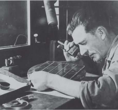BBGR ouvrier atelier de fabrication de verres de lunettes de Pongelot près de Provins