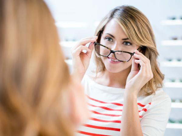 BBGR essayage d'une paire de lunettes chez un opticien