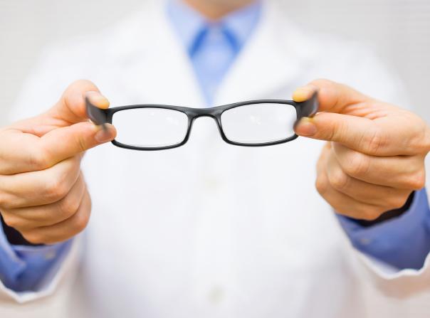 BBGR paire de lunettes présentée par un opticien