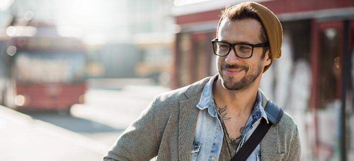 BBGR, homme tatoué avec un bonnet portant des lunettes de vue equipées de verres unifocaux